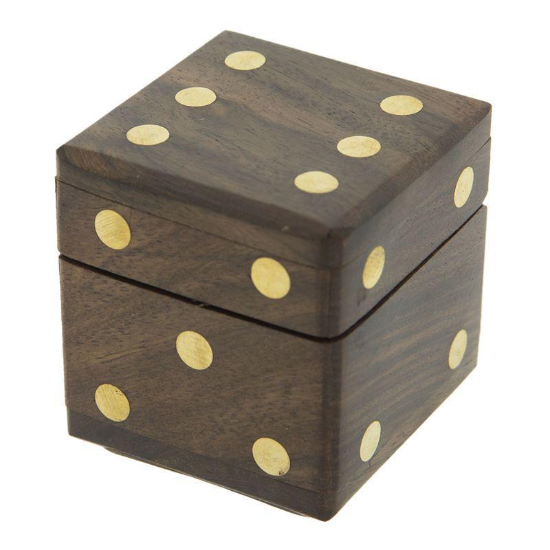 Dřevěná krabička s pěti herními kostkami
